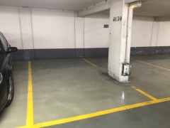 Parking/Box 12 m2 à PARIS 08  36 750 €